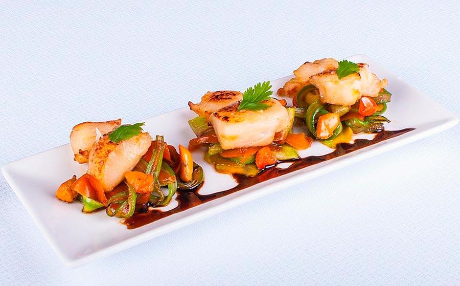 Vieiras, verduras y salsa de ostras