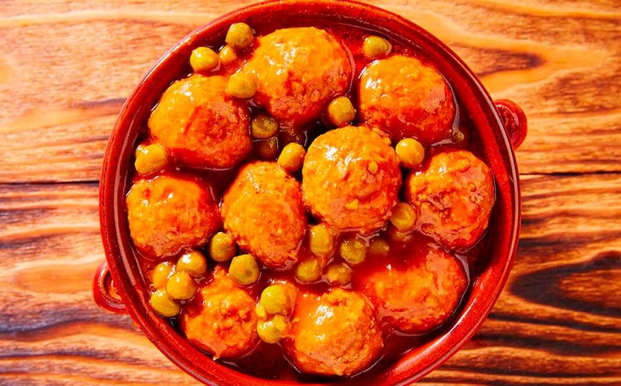 Albóndigas de calamar con guisantes y patatas