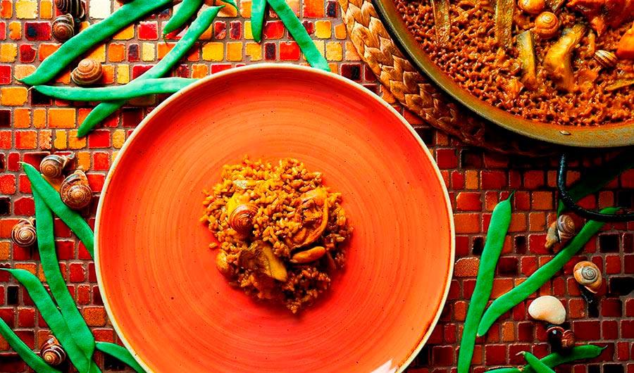 Paella con conejo y caracoles