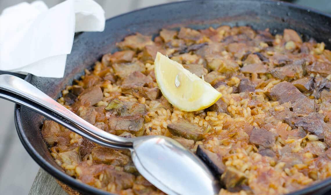 Paella de alcachofas y jamón serrano