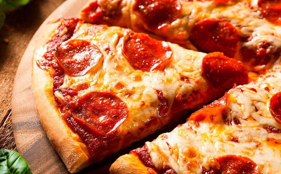 Pizza con chorizo, jamón y queso